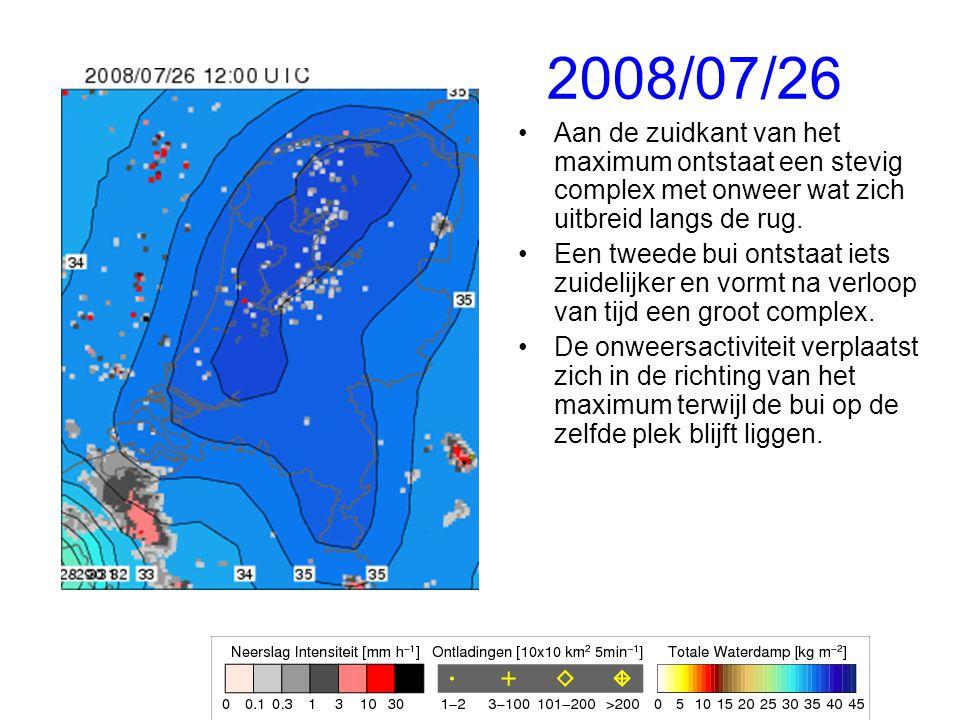 2008/07/26 Aan de zuidkant van het maximum ontstaat een stevig complex met onweer wat zich uitbreid langs de rug.