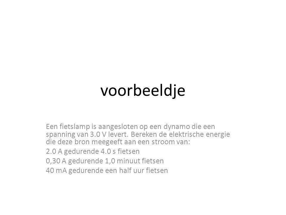voorbeeldje Een fietslamp is aangesloten op een dynamo die een spanning van 3.0 V levert.