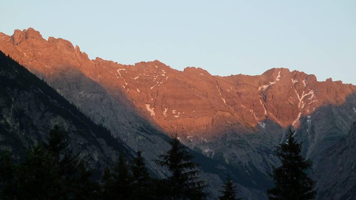 ´s avonds kunnen we van op het balkon van onze de kamer genieten van de laatste stralen van de zon op de Lechtaleralpen ´s avonds kunnen we van op het