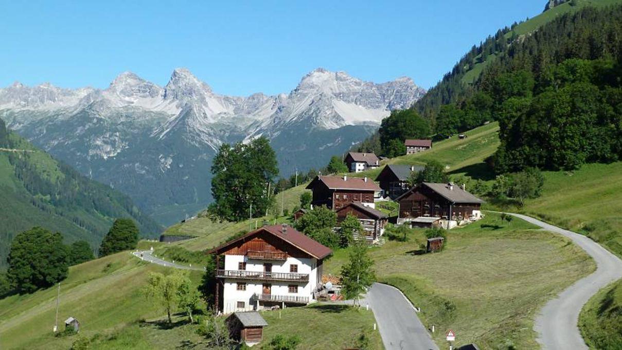 Het zonnige bergdorpje Bschlabs ligt op 1314 m hoogte. De huizen staan verspreid in het Bschlaber Tal. Het zonnige bergdorpje Bschlabs ligt op 1314 m