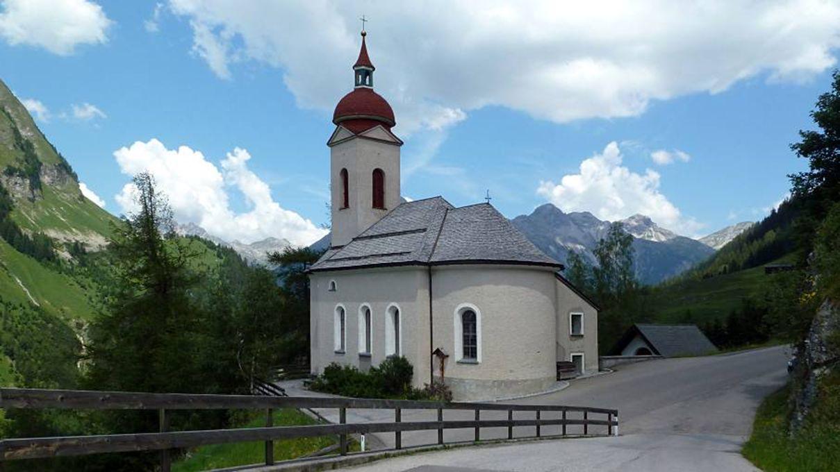 Kaisers ligt in een zijdal van het Lechtal op 1518 m hoogte. Een klein en rustig vakantieparadijs, hoog in de bergen.
