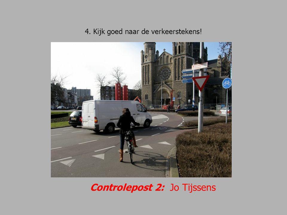 25.Linksaf, de Abtstraat in. Goed uitkijken voor verkeer dat rechtdoor gaat.