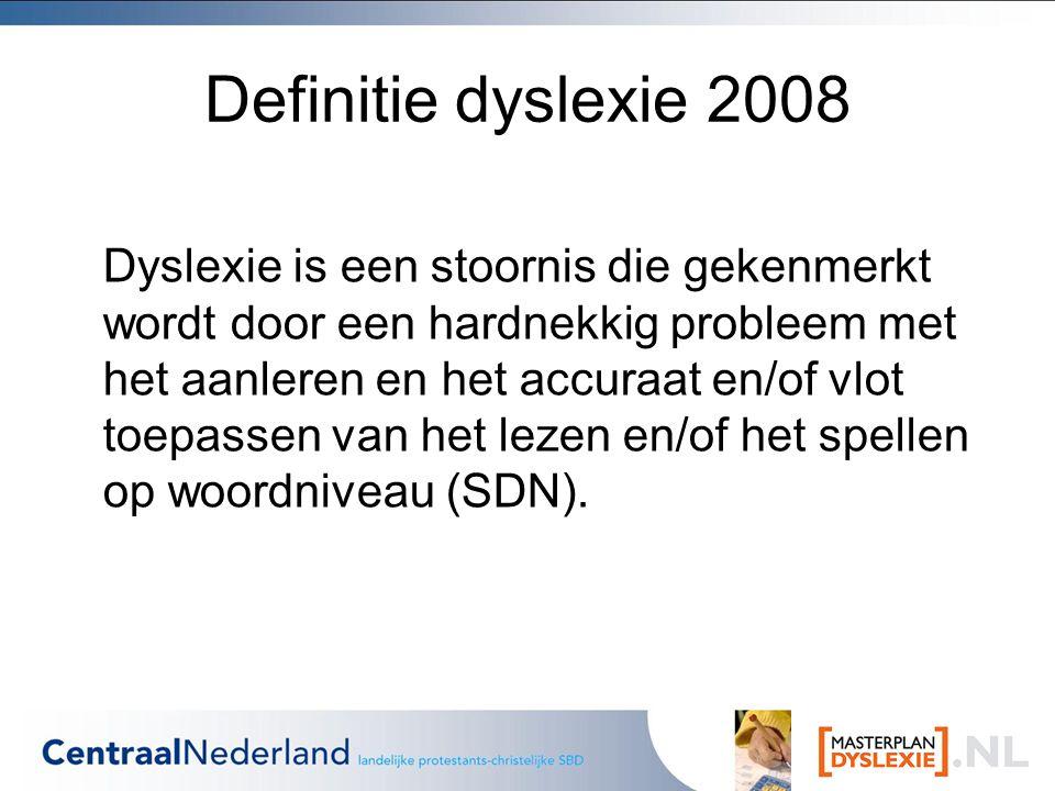 Definitie dyslexie 2008 Dyslexie is een stoornis die gekenmerkt wordt door een hardnekkig probleem met het aanleren en het accuraat en/of vlot toepassen van het lezen en/of het spellen op woordniveau (SDN).