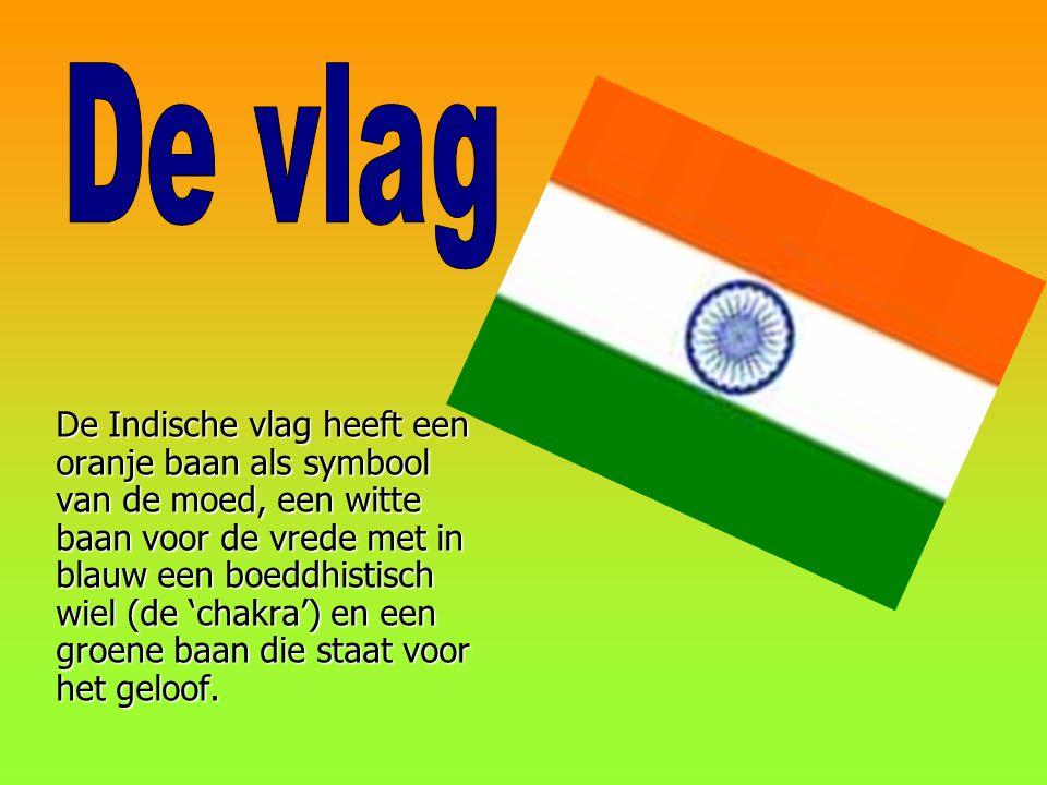 De Indische vlag heeft een oranje baan als symbool van de moed, een witte baan voor de vrede met in blauw een boeddhistisch wiel (de 'chakra') en een groene baan die staat voor het geloof.