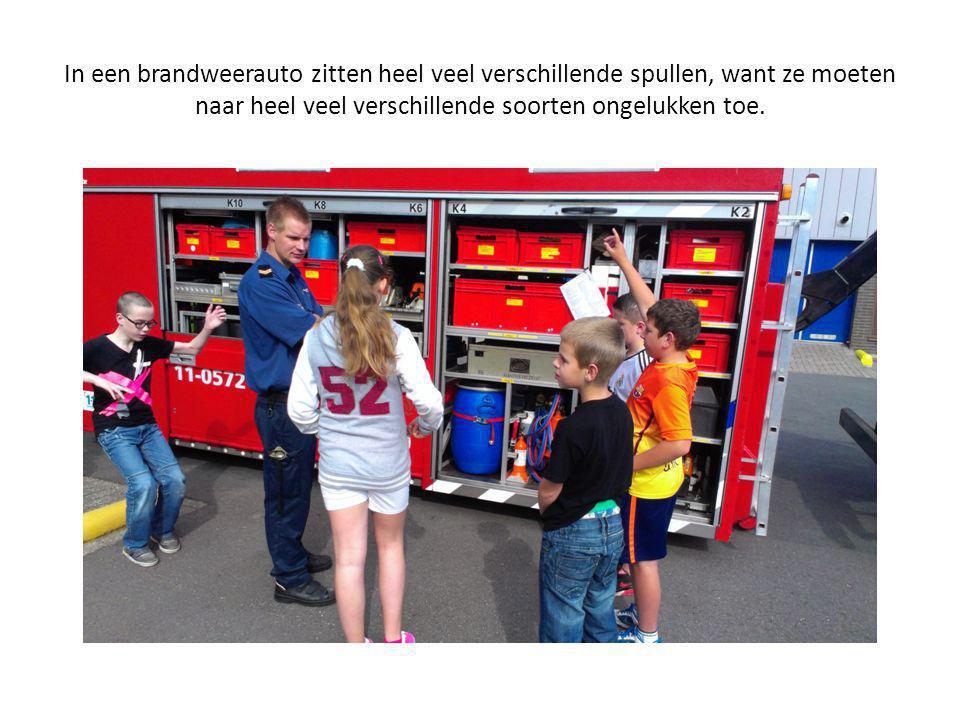 In een brandweerauto zitten heel veel verschillende spullen, want ze moeten naar heel veel verschillende soorten ongelukken toe.
