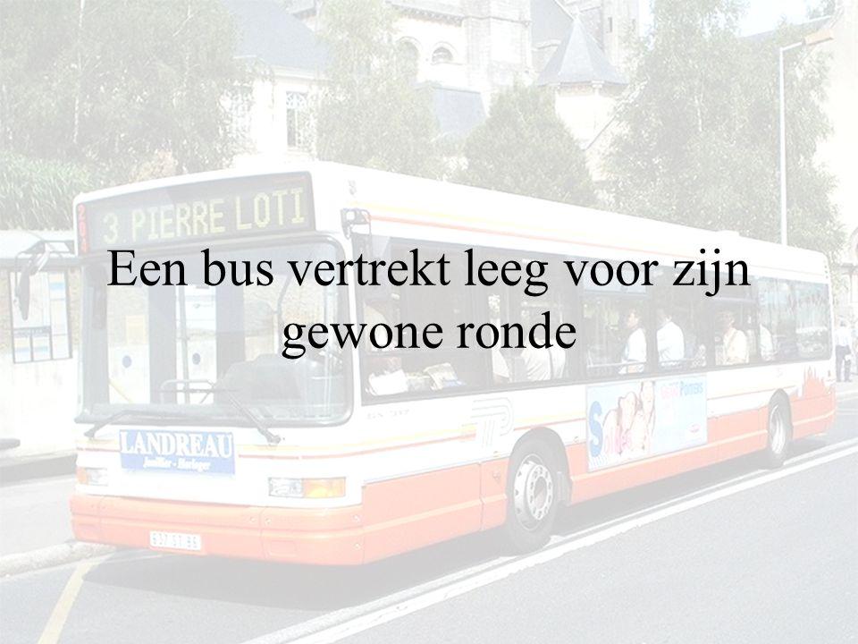Een bus vertrekt leeg voor zijn gewone ronde
