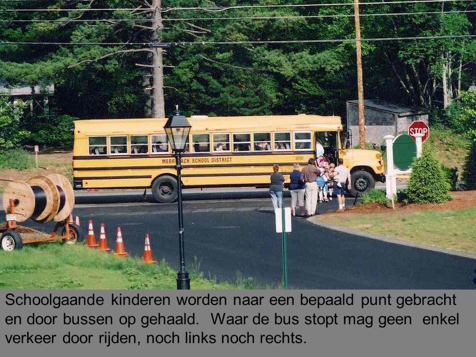Schoolgaande kinderen worden naar een bepaald punt gebracht en door bussen op gehaald.