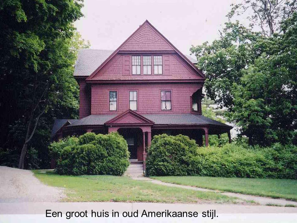 Een groot huis in oud Amerikaanse stijl.