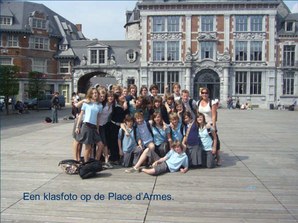 Een klasfoto op de Place d'Armes.