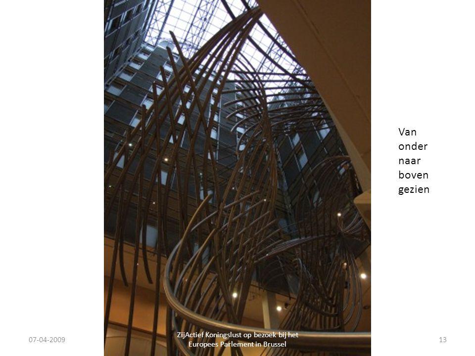 07-04-2009 ZijActief Koningslust op bezoek bij het Europees Parlement in Brussel 13 Van onder naar boven gezien