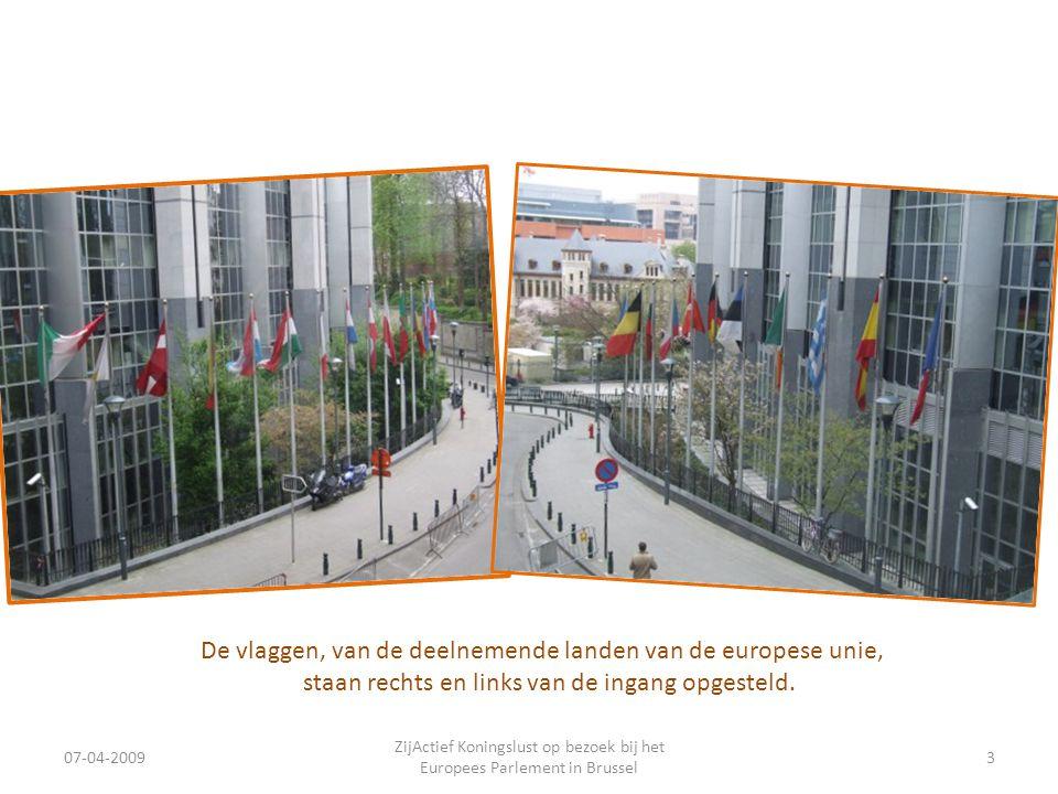 07-04-2009 ZijActief Koningslust op bezoek bij het Europees Parlement in Brussel 3 De vlaggen, van de deelnemende landen van de europese unie, staan rechts en links van de ingang opgesteld.