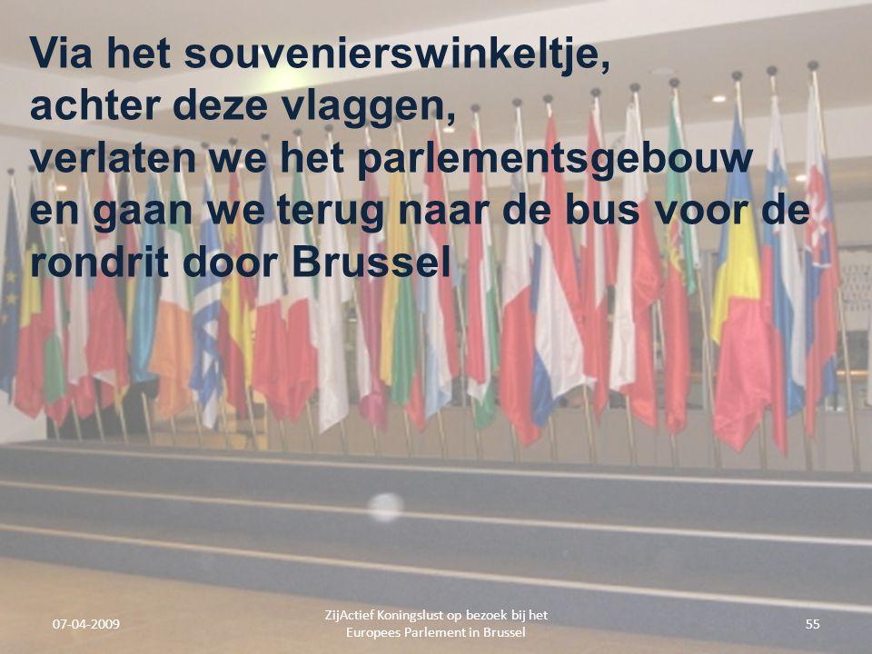07-04-2009 ZijActief Koningslust op bezoek bij het Europees Parlement in Brussel 55 Via het souvenierswinkeltje, achter deze vlaggen, verlaten we het parlementsgebouw en gaan we terug naar de bus voor de rondrit door Brussel