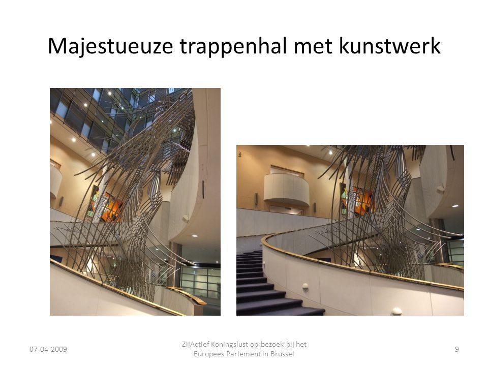 Majestueuze trappenhal met kunstwerk 07-04-2009 ZijActief Koningslust op bezoek bij het Europees Parlement in Brussel 9