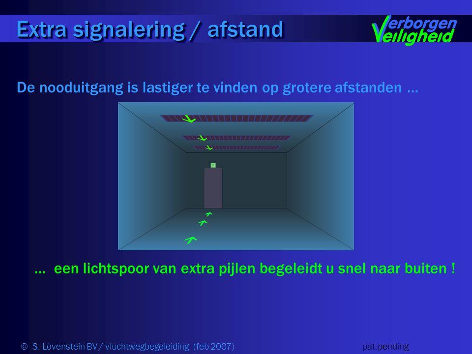 De nooduitgang is lastiger te vinden op grotere afstanden … … een lichtspoor van extra pijlen begeleidt u snel naar buiten .