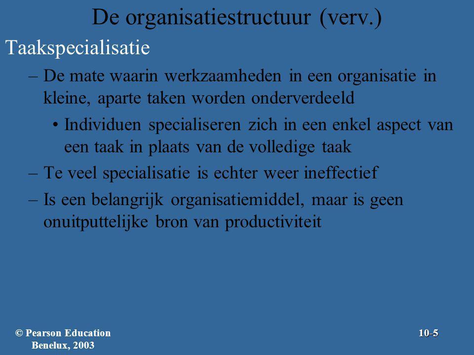 De organisatiestructuur (verv.) Centralisatie –De mate waarin het nemen van beslissingen op een enkel punt in de organisatie geconcentreerd is Topmanagers nemen in een gecentraliseerde organisatie beslissingen met weinig input van ondergeschikten Decentralisatie –De mate waarin lagere managers en overige werknemers invloed op het beslissingsproces uitoefenen –Er is een duidelijke trend richting decentralisatie © Pearson Education Benelux, 200310-16