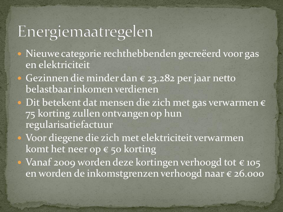 Nieuwe categorie rechthebbenden gecreëerd voor gas en elektriciteit Gezinnen die minder dan € 23.282 per jaar netto belastbaar inkomen verdienen Dit betekent dat mensen die zich met gas verwarmen € 75 korting zullen ontvangen op hun regularisatiefactuur Voor diegene die zich met elektriciteit verwarmen komt het neer op € 50 korting Vanaf 2009 worden deze kortingen verhoogd tot € 105 en worden de inkomstgrenzen verhoogd naar € 26.000