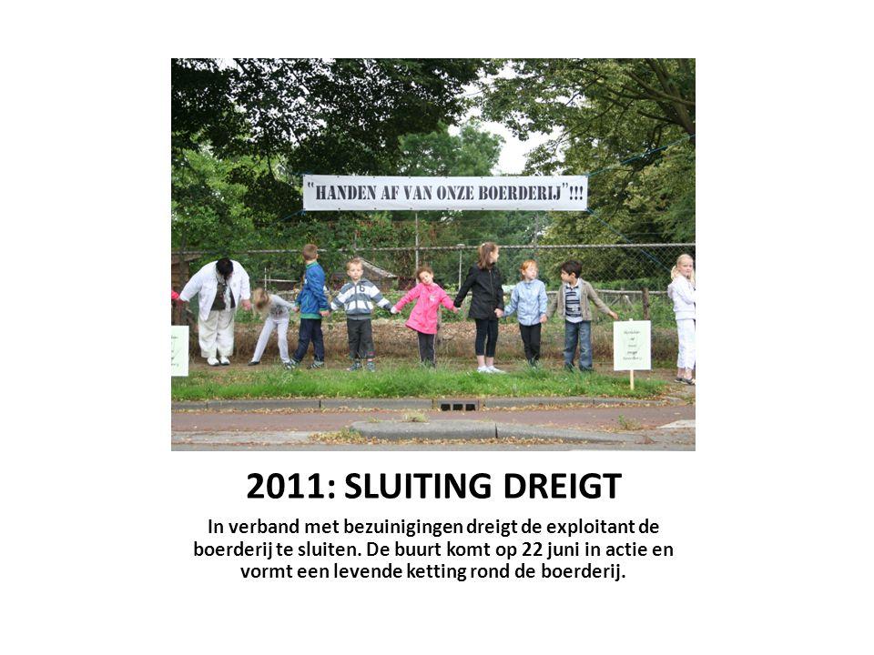 2011: SLUITING DREIGT In verband met bezuinigingen dreigt de exploitant de boerderij te sluiten. De buurt komt op 22 juni in actie en vormt een levend