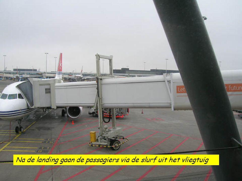 Na de landing gaan de passagiers via de slurf uit het vliegtuig