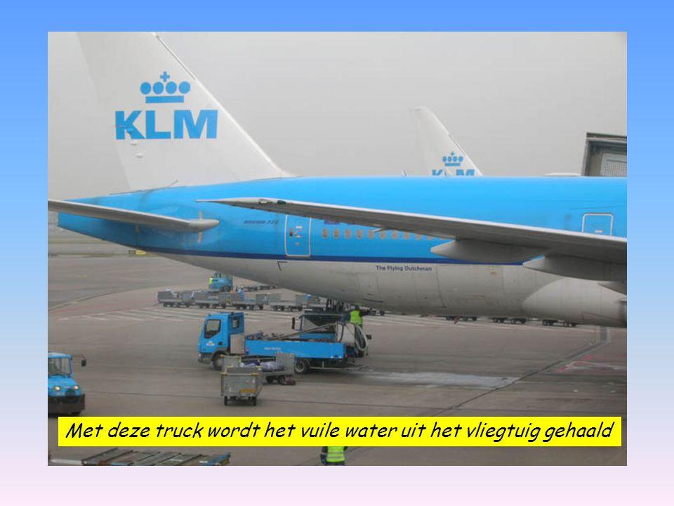 Met deze truck wordt het vuile water uit het vliegtuig gehaald