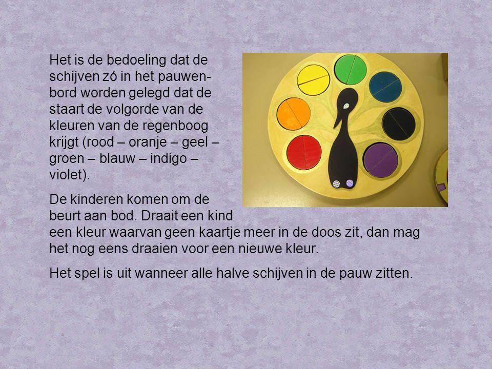 Het is de bedoeling dat de schijven zó in het pauwen- bord worden gelegd dat de staart de volgorde van de kleuren van de regenboog krijgt (rood – oranje – geel – groen – blauw – indigo – violet).