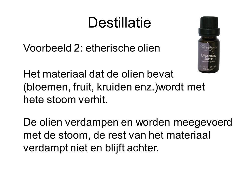 Destillatie Voorbeeld 2: etherische olien Het materiaal dat de olien bevat (bloemen, fruit, kruiden enz.)wordt met hete stoom verhit. De olien verdamp