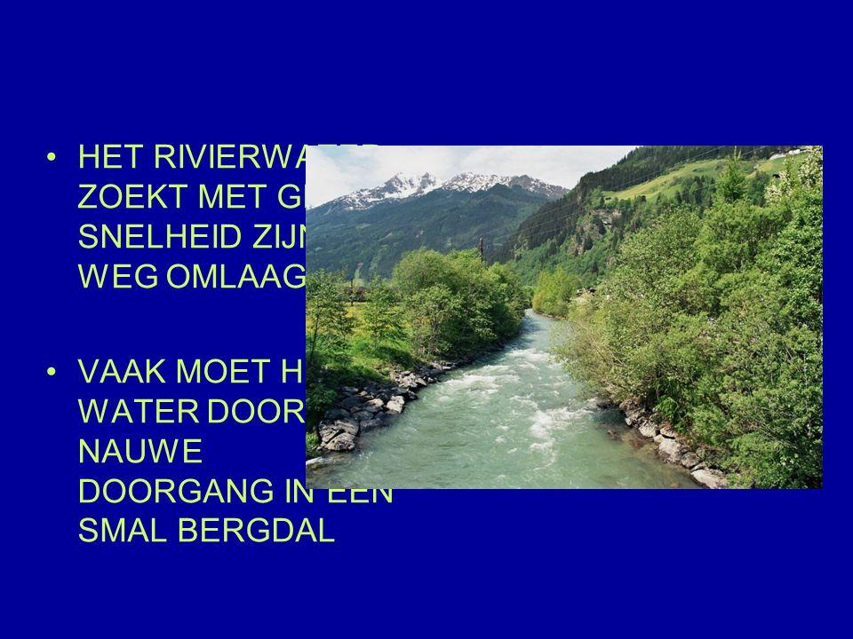 HET RIVIERWATER ZOEKT MET GROTE SNELHEID ZIJN WEG OMLAAG VAAK MOET HET WATER DOOR EEN NAUWE DOORGANG IN EEN SMAL BERGDAL