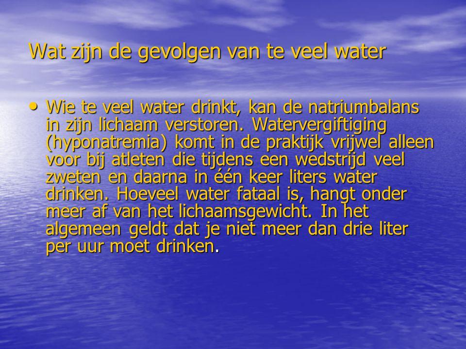 Wat zijn de gevolgen van te veel water Wie te veel water drinkt, kan de natriumbalans in zijn lichaam verstoren. Watervergiftiging (hyponatremia) komt