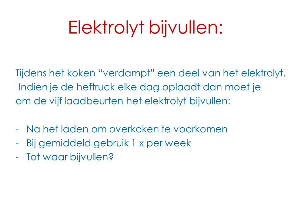 """Elektrolyt bijvullen: Tijdens het koken """"verdampt"""" een deel van het elektrolyt. Indien je de heftruck elke dag oplaadt dan moet je om de vijf laadbeur"""