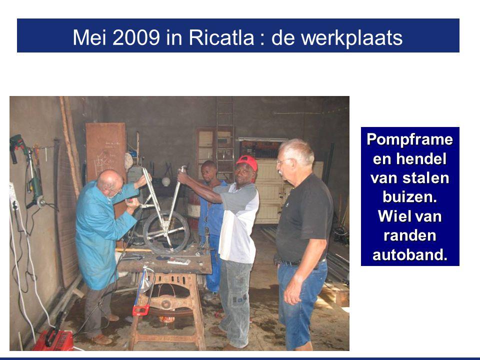 Mei 2009 in Ricatla : de werkplaats Pompframe en hendel van stalen buizen. Wiel van randen autoband.