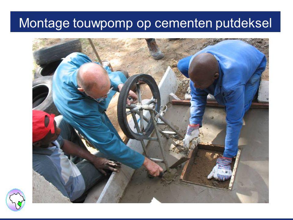Montage touwpomp op cementen putdeksel