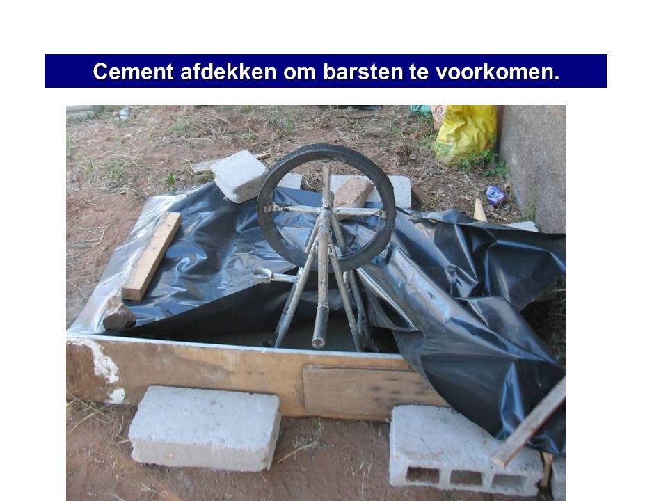 Cement afdekken om barsten te voorkomen.