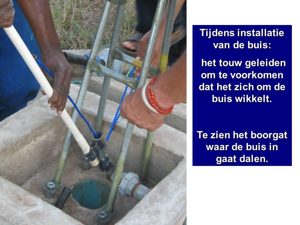 Tijdens installatie van de buis: het touw geleiden om te voorkomen dat het zich om de buis wikkelt.