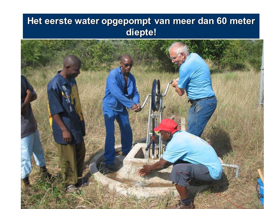 Het eerste water opgepompt van meer dan 60 meter diepte!