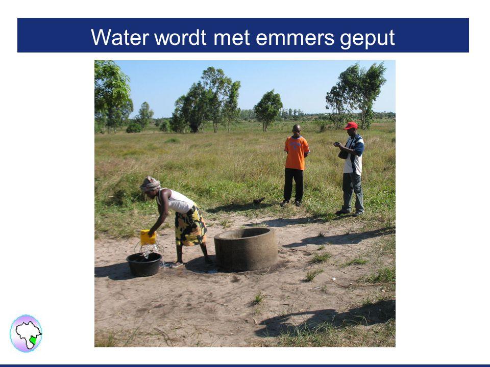 Water wordt met emmers geput