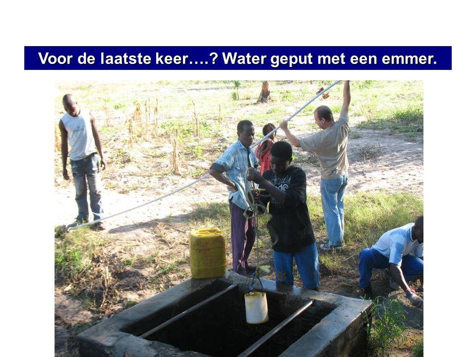Voor de laatste keer….? Water geput met een emmer.