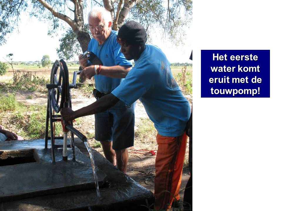 Het eerste water komt eruit met de touwpomp!
