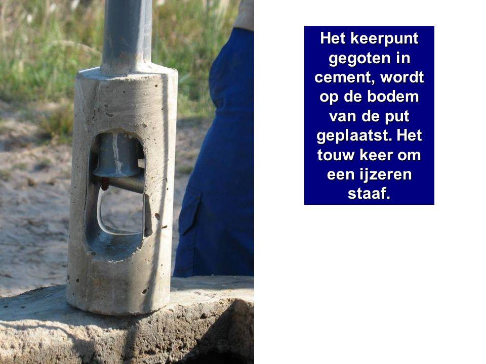 Het keerpunt gegoten in cement, wordt op de bodem van de put geplaatst. Het touw keer om een ijzeren staaf.