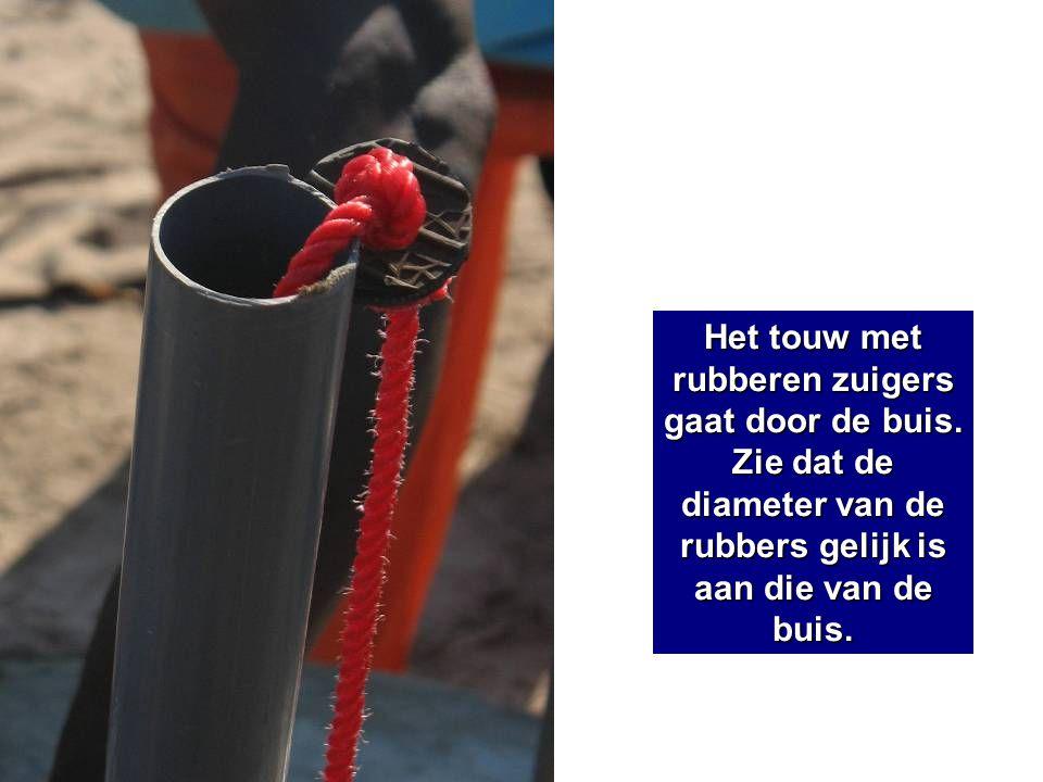 Het touw met rubberen zuigers gaat door de buis. Zie dat de diameter van de rubbers gelijk is aan die van de buis.