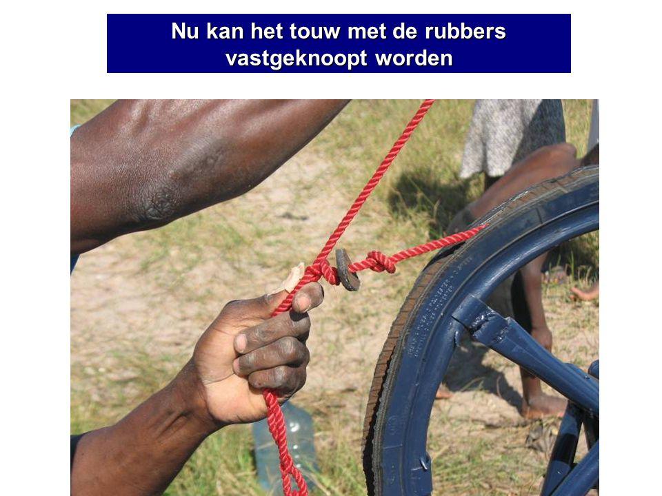 Nu kan het touw met de rubbers vastgeknoopt worden