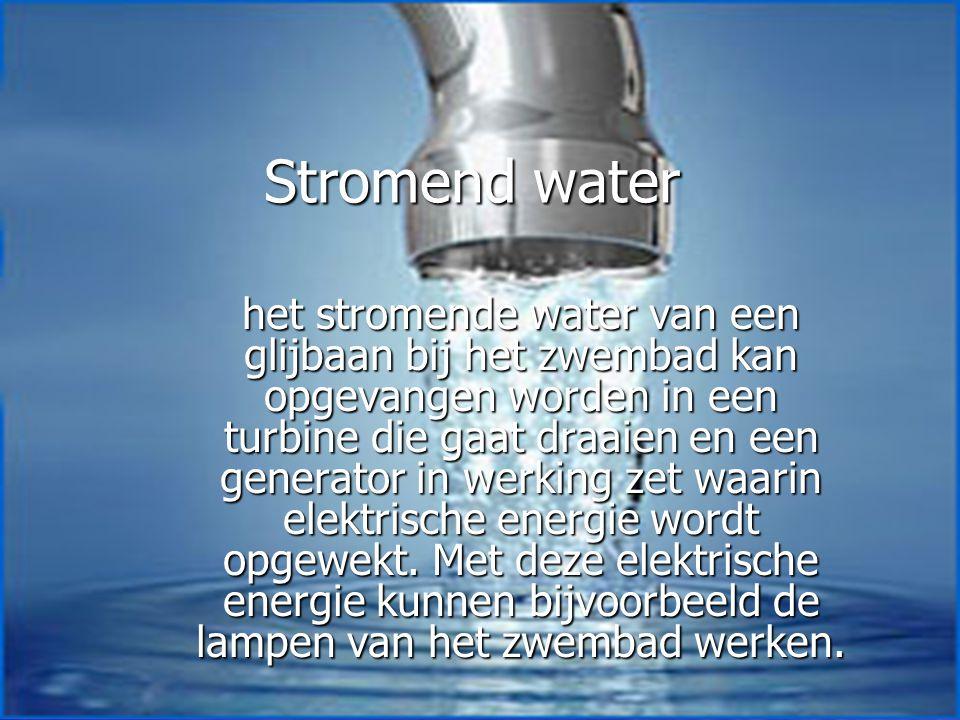 Stromend water het stromende water van een glijbaan bij het zwembad kan opgevangen worden in een turbine die gaat draaien en een generator in werking zet waarin elektrische energie wordt opgewekt.