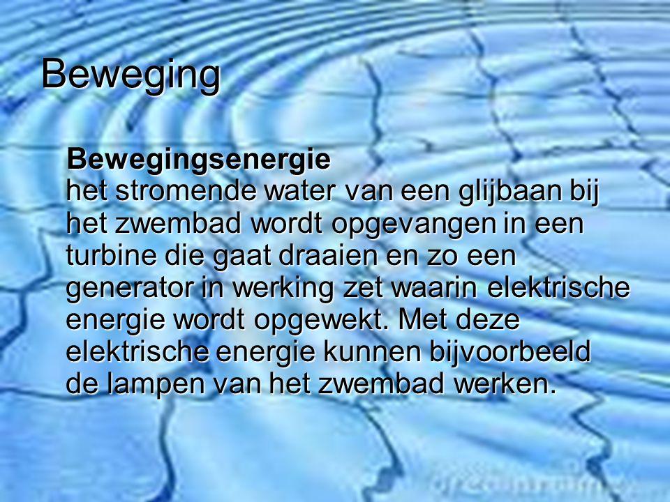 Beweging Bewegingsenergie het stromende water van een glijbaan bij het zwembad wordt opgevangen in een turbine die gaat draaien en zo een generator in werking zet waarin elektrische energie wordt opgewekt.