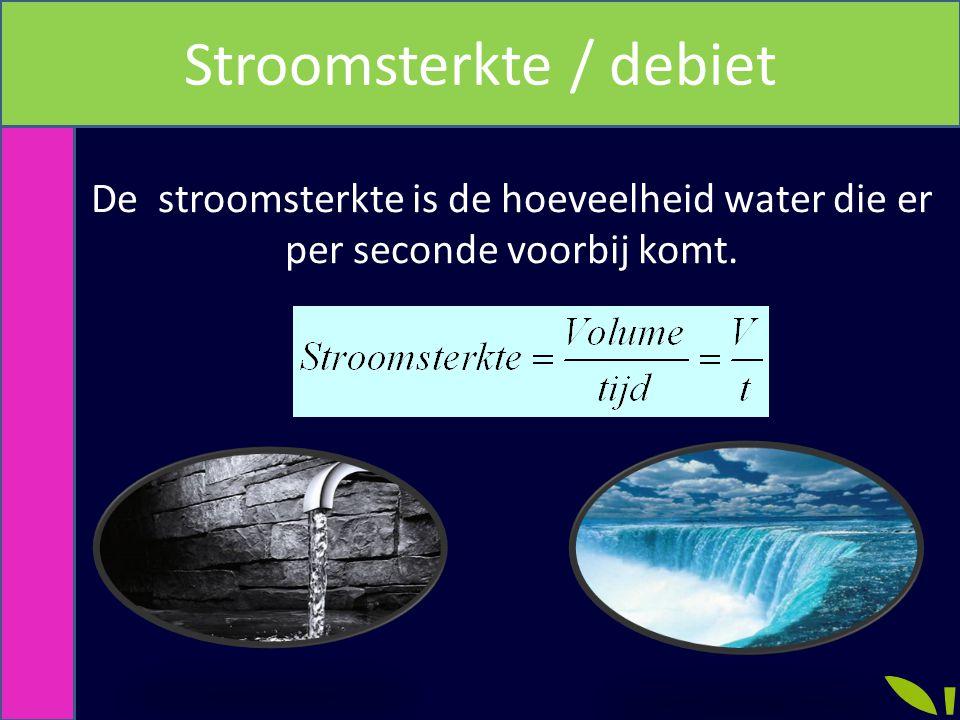 De stroomsterkte is de hoeveelheid water die er per seconde voorbij komt.