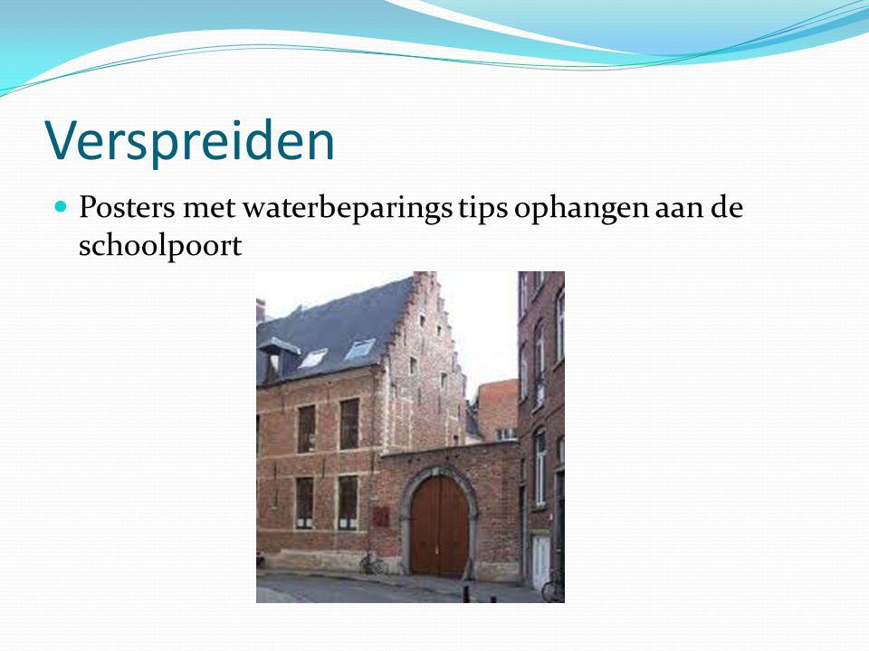 Verspreiden Posters met waterbeparings tips ophangen aan de schoolpoort