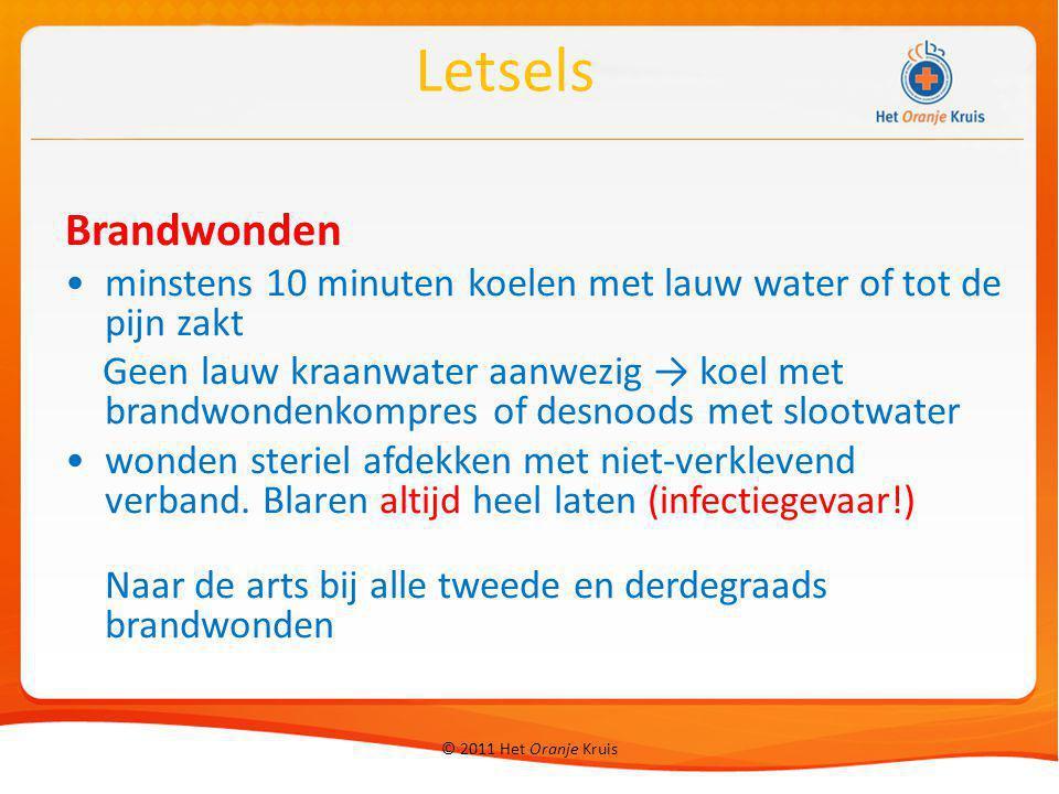 © 2011 Het Oranje Kruis Brandwonden minstens 10 minuten koelen met lauw water of tot de pijn zakt Geen lauw kraanwater aanwezig → koel met brandwonden