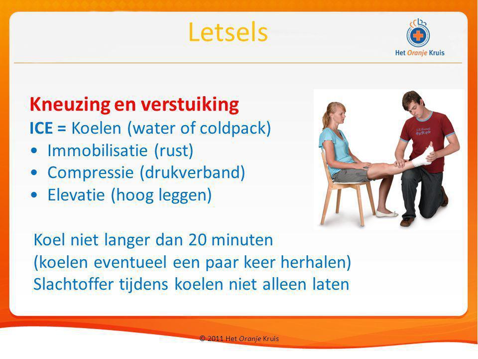 © 2011 Het Oranje Kruis Kneuzing en verstuiking ICE = Koelen (water of coldpack) Immobilisatie (rust) Compressie (drukverband) Elevatie (hoog leggen)