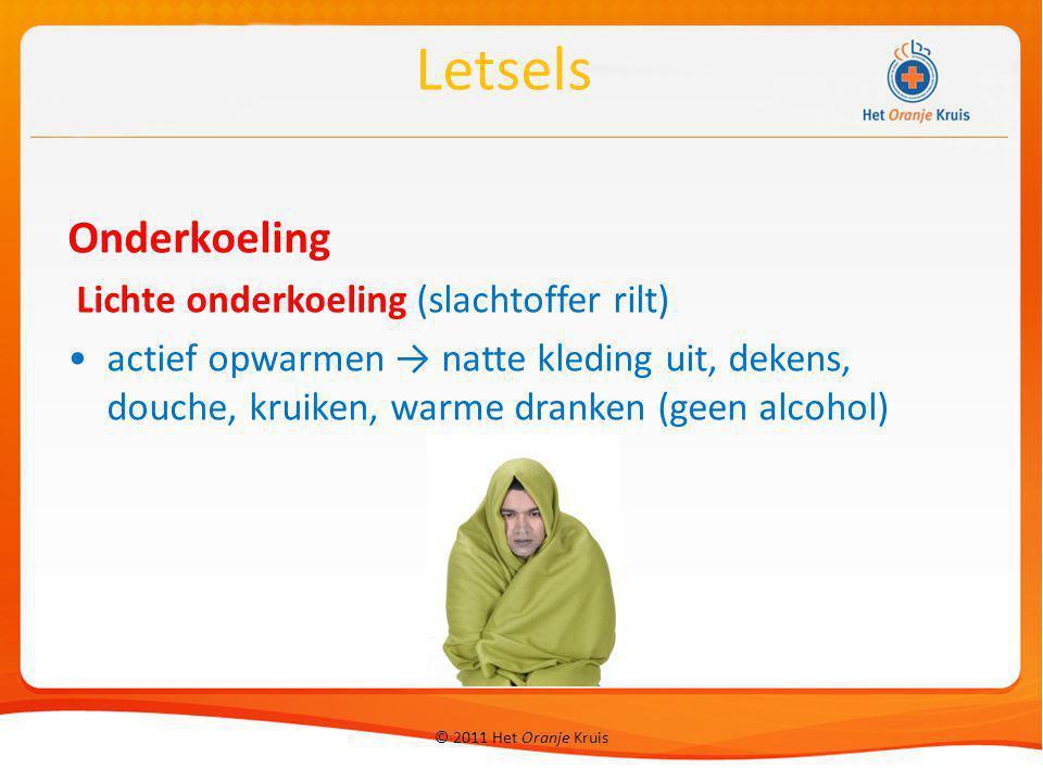 © 2011 Het Oranje Kruis Onderkoeling Lichte onderkoeling (slachtoffer rilt) actief opwarmen → natte kleding uit, dekens, douche, kruiken, warme dranke