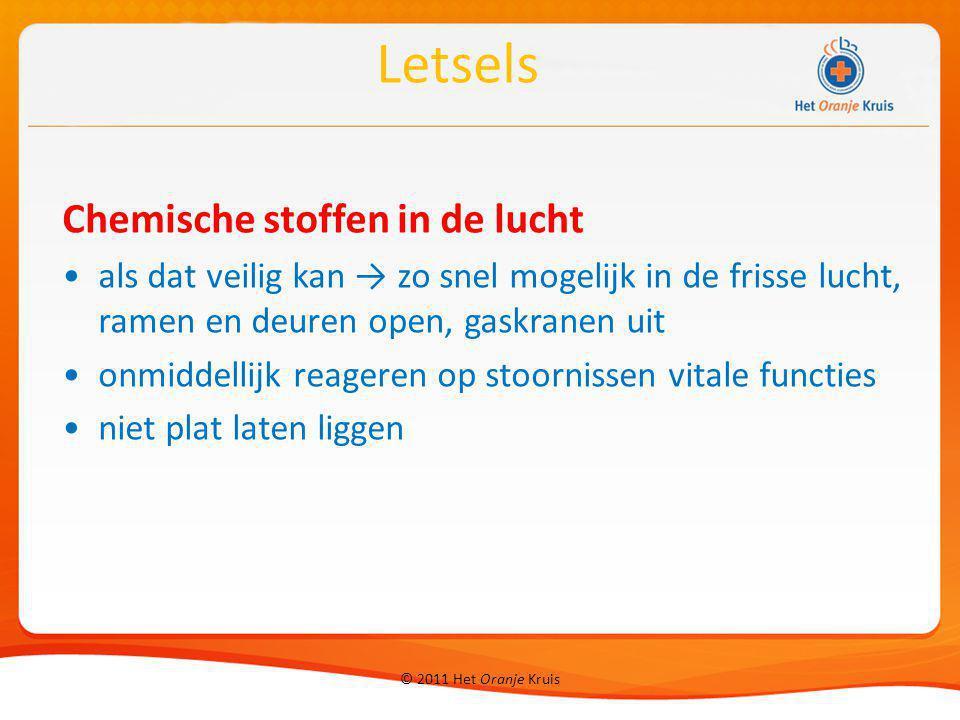 © 2011 Het Oranje Kruis Chemische stoffen in de lucht als dat veilig kan → zo snel mogelijk in de frisse lucht, ramen en deuren open, gaskranen uit on