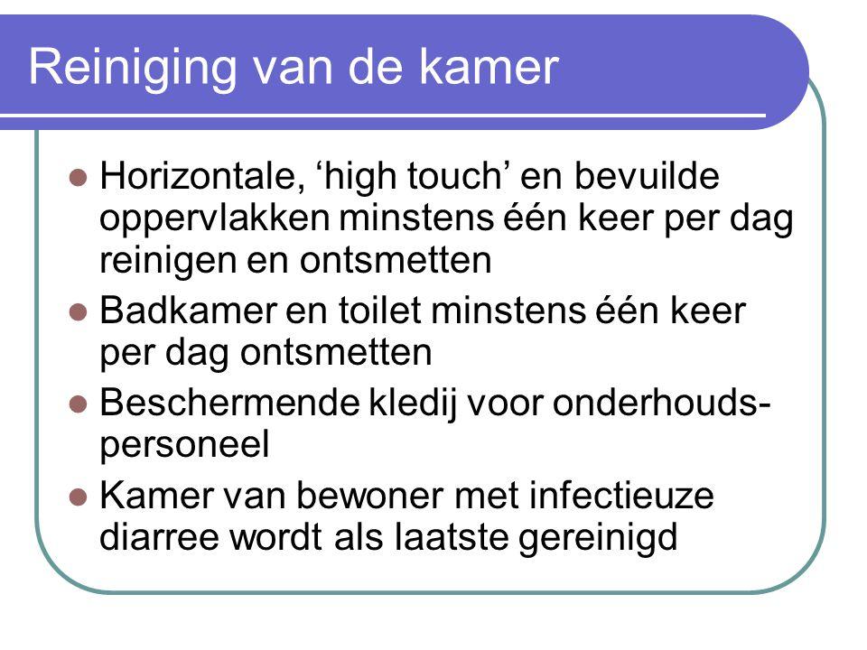 Reiniging van de kamer Horizontale, 'high touch' en bevuilde oppervlakken minstens één keer per dag reinigen en ontsmetten Badkamer en toilet minstens