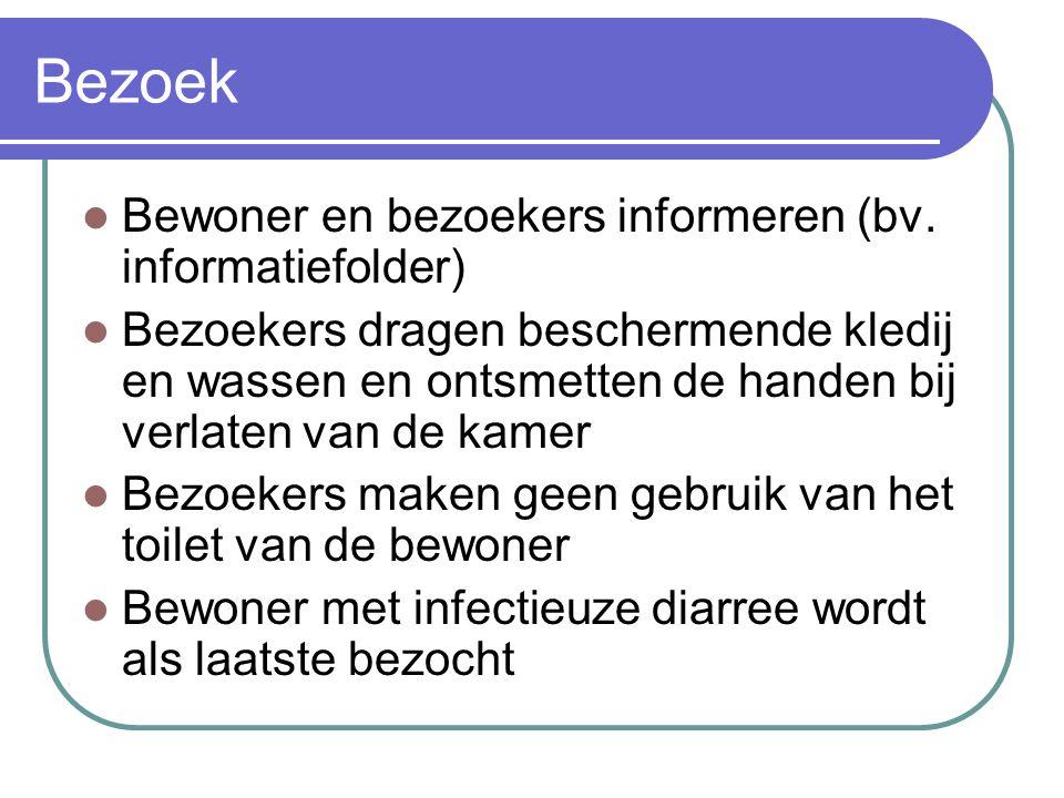 Bezoek Bewoner en bezoekers informeren (bv. informatiefolder) Bezoekers dragen beschermende kledij en wassen en ontsmetten de handen bij verlaten van