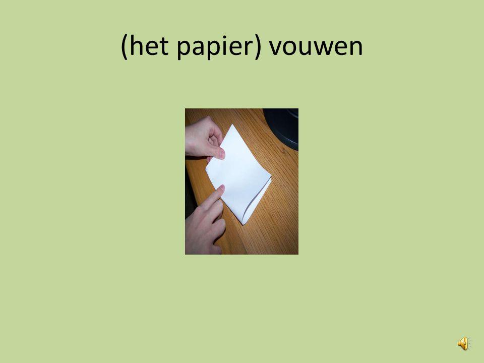 (het papier) scheuren